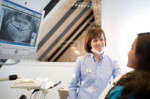 Dentalhygienikerin Frau Kuula in der Zahnarztpraxis