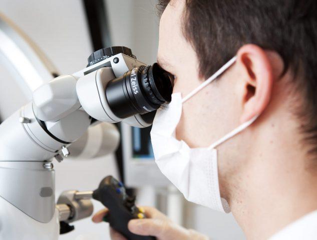 Aufnahme eines Operationsmikroskopes der Zahnarztpraxis in Oberursel